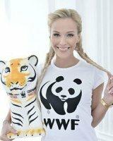Курская красавица «усыновила» тигра