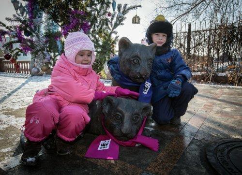 Дети Владивостока надели шарфы бронзовым тигрятам в честь Нового года